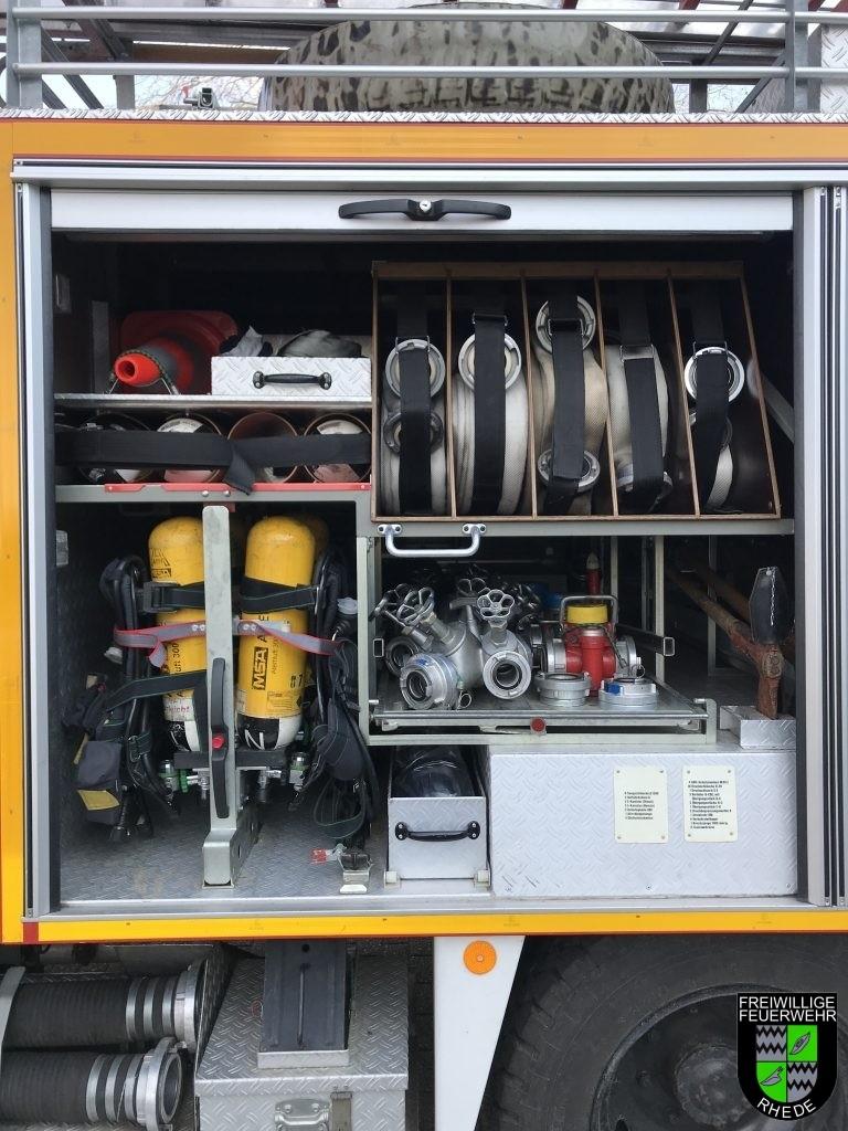 Geräteraum 1 mit B-Schläuchen, Verteilern und Pressluftatmern