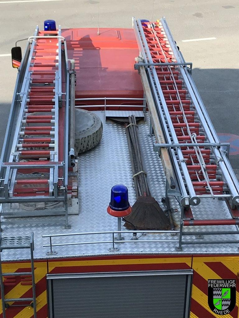 Dachbeladung mit Feuerpatschen, 4 teiliger Steckleiter und 3 teilige Schiebeleiter