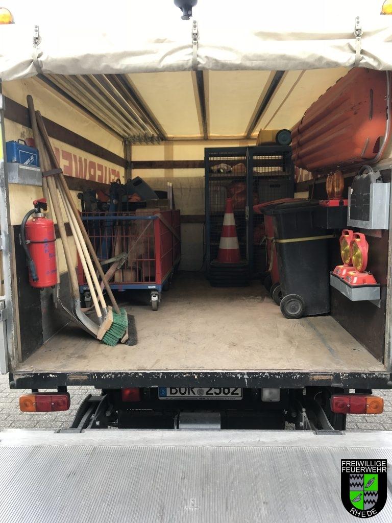 der Laderraum ist Standardmäßig mit Absperrmaterialien, Ölbindemittel und Unterbauholz für Verkehrsunfälle ausgestattet